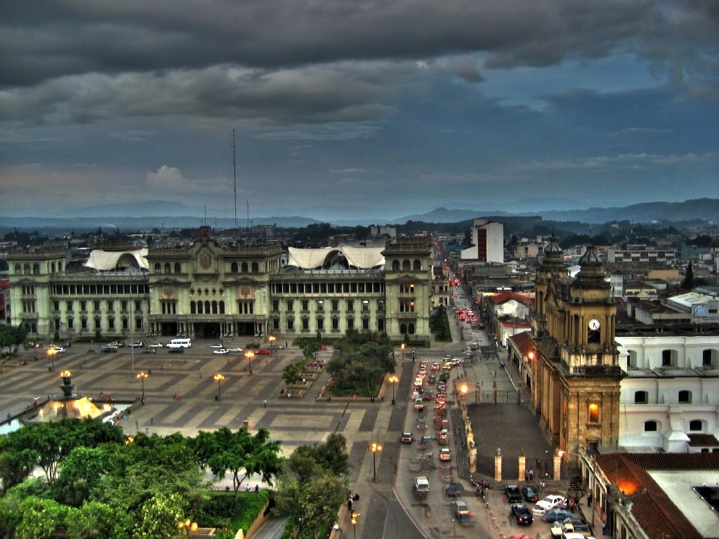 El Palacio Nacional de la Cultura y la Catedral de Guatemala